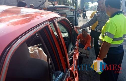 Polisi melakukan olah TKP kecelakaan di Jalan Raya Desa Pasirharjo.(Foto : Humas Polres Blitar for BlitarTIMES)