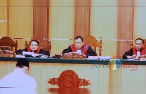 Tertunduk. Ari Ismanto kembali dituntut di hadapan hukum atas dugaan penyerobotan lahan PTPN XII Pancursari di area lainnya. (Dok MalangTIMES)