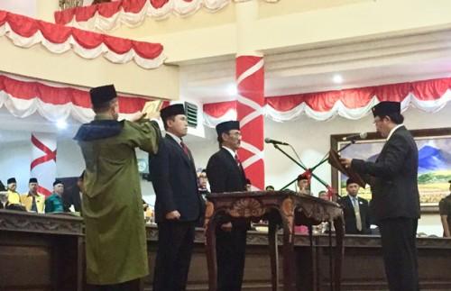 Anggota baru DPRD Kota Batu, yakni Ali Mustofa dan Khudori, mengucap sumpah jabatan di hadapan Ketua DPRD Kota Batu Cahyo Edi Purnomo di gedung DPRD Kota Batu, Selasa (30/10/2018).