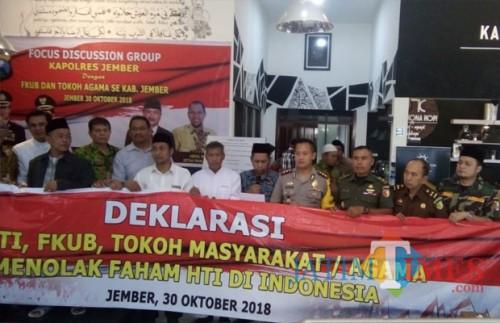 Polres Jember, FKUB, GP Ansor, dan tokoh lainnya dalam Delarasi tolak radikalisme dan perang terhadap hoax (foto : Moh. Ali Makrus / Jatim TIMES)
