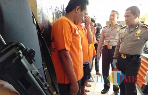 Kapolres saat menasehati pelaku pengedar sabu ( foto : Joko Pramono/jatimtimes)