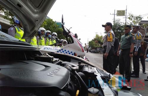 Kapolres bersama Forkopimda saat mengecek kesiapan Operasi Zebra (foto : Joko Pramono/JatimTIMES)