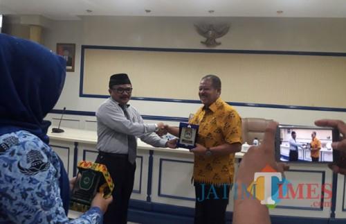 Purnadi Kepala Bapenda Kabupaten Malang saat serah terima cinderamata dengan perwakilan Pemkab Takalar, Sulsel, setelah pemaparan strategi PBB P2 di Anusapati Malang (Nana)