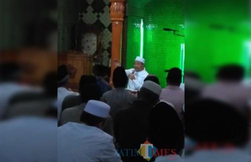 KH Saifuddin Zuhri memberikan tausiyah di Masjid Sabilillah Malang, Selasa (30/10) malam. (foto: Mas Fa for Malang Times)
