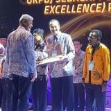 Sekretaris Daerah Kota Kediri Budwi Sunu ketika menerima penghargaan yang diserahkan oleh Deputi Bidang Pengembangan Strategi dan Kebijakan LKPP Salursa Widya. (Foto: Ist)