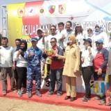 Nur Rohman (tengah kaus merah) saat menerima piala Kejurnas Terbang Layang dan melakukan foto bersama dengan atlet dari Jawa Tengah lainnya serta Marsma TNI Andi Wijaya dan bupati Jember.(foto : Moh. Ali Makrus / Jatim TIMES)