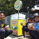 Para pelajar saat mengambil gerobak nasi bungkus gratis. (eko Arif s /JatimTimes)