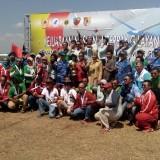 Seluruh atlet terbang layang foto bersama dengan Danlanud Abdurrahman Saleh Marsma TNI Andi Wijaya dan Bupati Jember dr. Hj. Faida MMR usai penutupan kejurnas (foto : Moh. Ali Makrus / JatimTIMES)