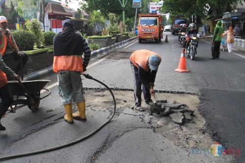 Jalan raya Panglima Sudirman  yang membawa korban, diperbaiki  (Agus Salam/Jatim TIMES)