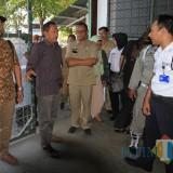 Kepala Disnakertrans Wahono (Berpakaian coklat berkacamata, mendampingi Ketua Komisi 3 DPRD Agus Riyanto saat sidak perusahaan garment beberapa waktu lalu (Agus Salam/Jatim TIMES)