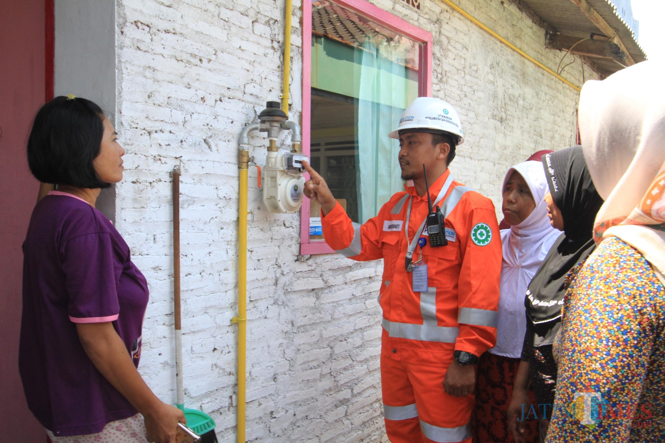 Sejumlah warga Kelurahan Jati, Kecamatan Mayangan, saat mendapat penjelasan dari petugas Jargas  (Agus Salam/JatimTIMES)
