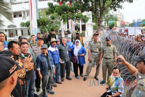 Ilustrasi buruh yang melakukan demo ke Kantor Gubernuran Jatim