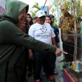 Wali Kota Risma saat sidak bintik nyamuk di perkampungan Putat Jaya.