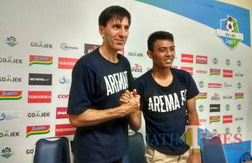 Milan Petrovic (kiri) bersama pemainnya yang dipanggil Timnas Indonesia, Dedik Setiawan. (Hendra Saputra)