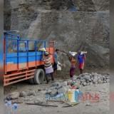 Para pekerja saat menggali pasir. (eko Arif s /JatimTimes)