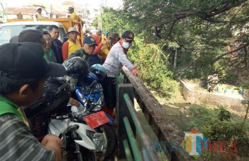 Sekda Kota Malang, Wasto (bertopi hitam pakai masker) saat meninjau aliran sungai kawasan Muharto (Hendra Saputra)