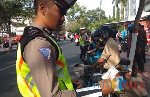 Polisi dari Satlantas Polres Blitar Kota merazia sejumlah pelajar.(Foto : Team BlitarTIMES)