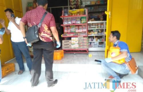 Tim inafis saat melakukan pendalaman di lokasi pembunuhan (Foto : Istimewa)