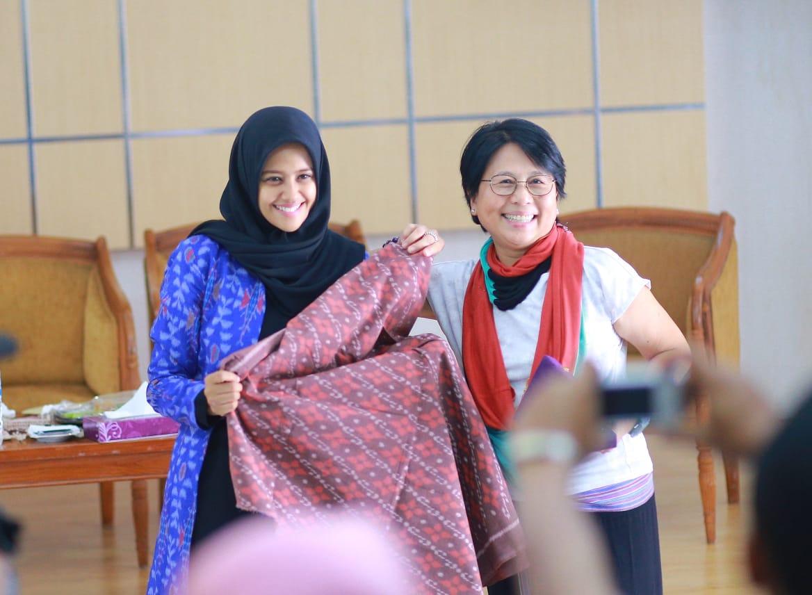 Ketua Dewan Kesenian Nasional Daerah (Dekranasda) Kota Kediri Ferry Silviana Abu Bakar (kiri) dan Dinny Jusuf, pendiri dan CEO Torajamelo (kanan). (Foto : Ist)