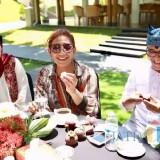 Menteri Susi (tengah) saat menikmati buah-buahan hasil Bumi Blambangan diapit Bupati Anas dan istri