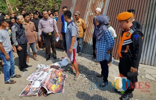 Korban ditutup koran setelah di ketahui tewas Tersambar KA di Gilang / Foto : Dokpol / Tulungagung TIMES