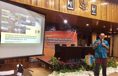Biro Perencanaan dan Program Pentingnya KLHK Agus Rusli saat memberikan materi kepada para peserta didiJambuluwuk Convention Hall & Resort. (Foto: Irsya Richa/MalangTIMES)