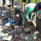 Satgas DPUPR saat membersihkan  saluran drainase di kawasan Lowokwaru (foto: DPUPR for MalangTIMES)