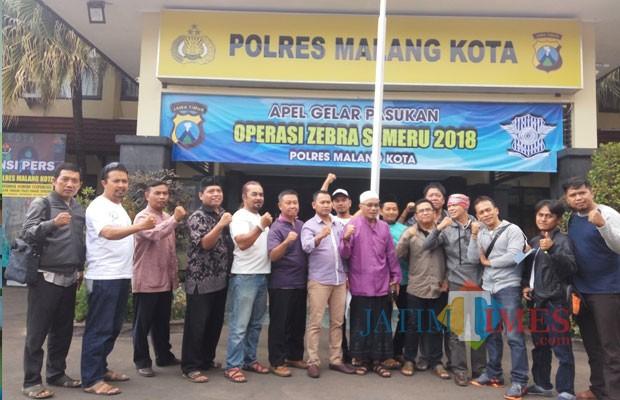 Masyarakat yang mengatasnamakan Masyarakat Cinta Indonesia mengadukan akun FB Herman Jenggot Harlan ke Polres Malang Kota (Anggara Sudiongko/MalangTIMES)