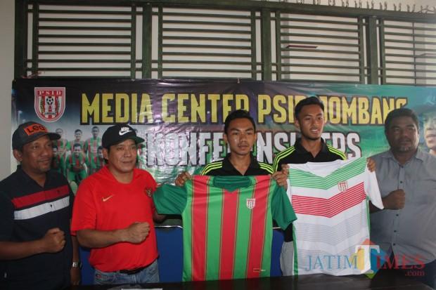 Menunjukkan Jersey PSID Jombang, Kharis Bagus Wicaksono (kanan) dan Pusam Waluyo Ramadhan Saat Konferensi Pers. (Foto : Adi Rosul / JombangTIMES)