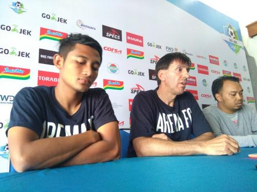Milan Petrovic (tengah) bersama Nasir saat jumpa pers. (Hendra Saputra)