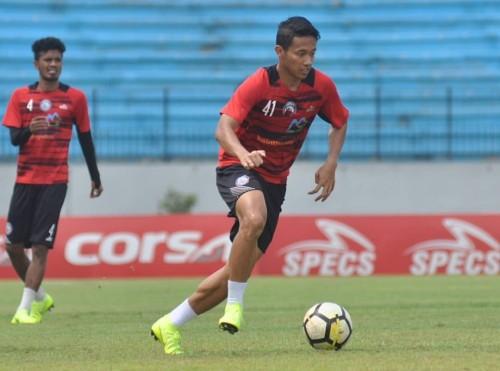 Dendi Santoso (bawa bola), pencetak gol Arema FC ke gawang PSIS Semarang (official Arema FC)