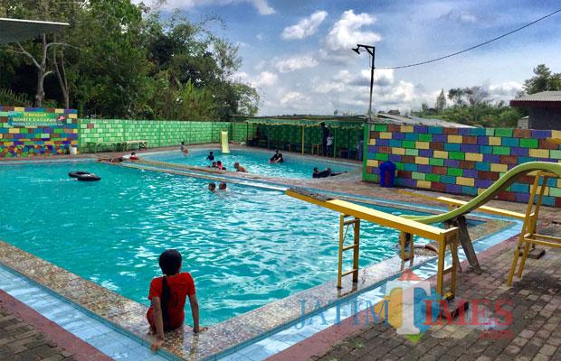 Para pengunjung sedang menikmati di kolam renang Pemandian Sumber Dadapan di Dusun Dadapan Desa Pandanrejo Kecamatan Bumiaji. (Foto: Irsya Richa/MalangTIMES)
