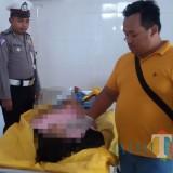 Petugas Kamar Mayat RSUD Blambangan memeriksa jenazah korban