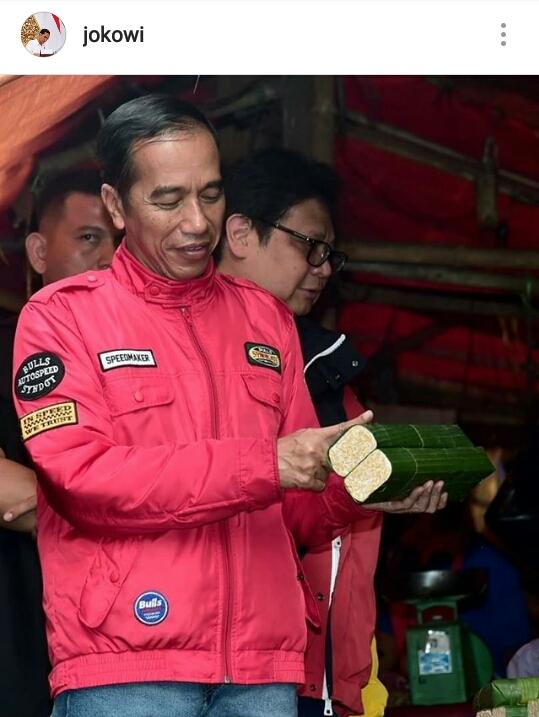 Saat blusukan ke Pasar Anyar Kota Tangerang, Presiden Joko Widodo berpose dengan memegang tempe dan seoalah sedang mengukurnya (@jokowi)