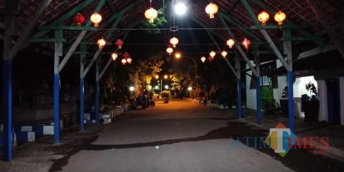 Suasana TPU Nasrani Sukun pada malam hari begitu bagus. (Anggara Sudiongko/MalangTIMES)