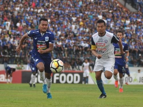 Hamka Hamzah (kanan) saat mengejar bola dengan pemain PSIS Semarang (official Arema FC)