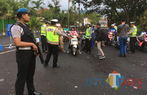 Personel kepolisian Polres Malang saat menggelar giat Oprasi Zebra Semeru 2018, Kabupaten Malang (Foto : Ashaq Lupito / MalangTIMES)