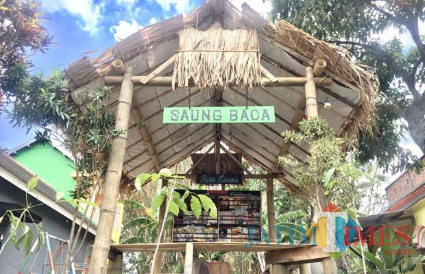 Spot saung baca di kampung Syantik Dusun Caru Desa Pendem Kecamatan Junrejo. (Foto: Irsya Richa/MalangTIMES)