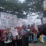 Situasi demo di depan RS Refa Husada. (Anggara Sudiongko/MalangTIMES)