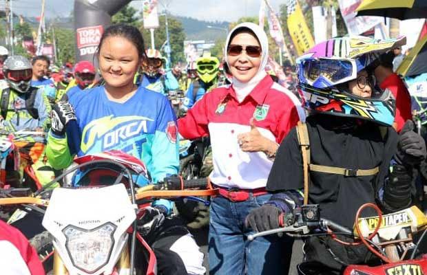 Wali Kota Batu Dewanti Rumpoko menyapa rider perempuan yang ikut KWB Super Adventure 3, Minggu (4/11/2018).