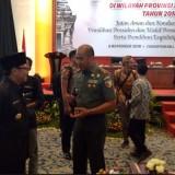 Wali Kota Malang Sutiaji (peci hitam) saat berbincang dengan Pangdam V Brawijaya Mayjend Arif Rahman di Surabaya. (Foto: Humas Pemkot Malang for MalangTIMES)
