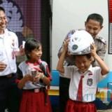 Dishub dan kepolisian membagikan helm saat blusukan ke sekolah.(Foto : Team BlitarTIMES)