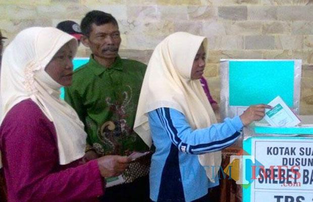 Salah seorang siswi warga Desa Pesanggrahan yang telah mendapatkan hak pilih memasukkan surat suara ke kotak pada saat Pilkades Pesanggrahan tahun 2016 silam.