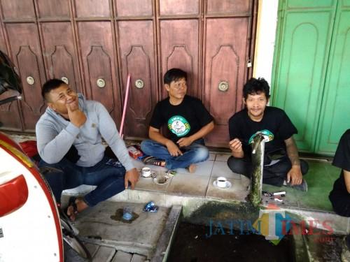 Kebiasaan ngobrol sambil ngopi pemuda di Tulungagung / Foto : Anang Basso / TulungagungTIMES