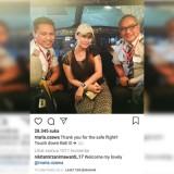Maria Ozawa (tengah) saat berpose di bagian depan pesawat bersama pilot dan Kopilot saat tiba di Bali (@maria.ozawa)