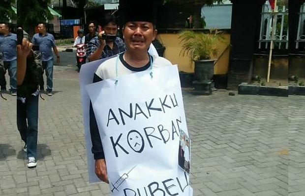 Suyanto saat aksi tunggal di Kediri karena anaknya Lumpuh pasca di suntik Rubella / Foto : Istimewa / Tulungagung TIMES