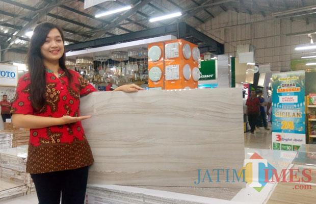 Karyawan menunjukkan granit Sandiman ukuran 60x120 koleksi Graha Bangunan.(Foto : Aunur Rofiq/BlitarTIMES)