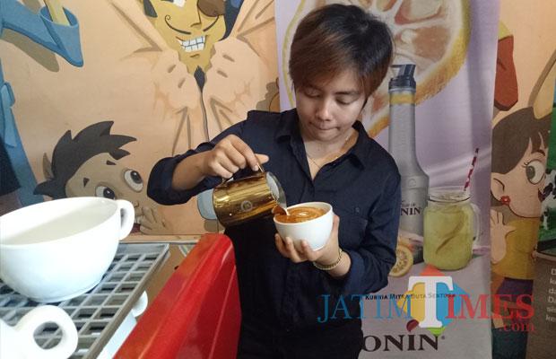 Seorang barista menghias kopi dalam Battle Latte Art for Newbie Barista di Kepo Gelato & Cafe. (foto: Imarotul Izzah/Malang Times)