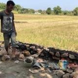 Seorang pekerja proyek jalan tembus Krapyakrejo.