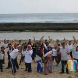 Keceriaan punggawa DKP Kabupaten Malang saat mengisi waktu di Pantai Parang Dowo sebagai bagian untuk menumbuhkan kekompakan,  kekeluargaan dan spirit positif melayani masyarakat. (DKP for MalangTIMES)